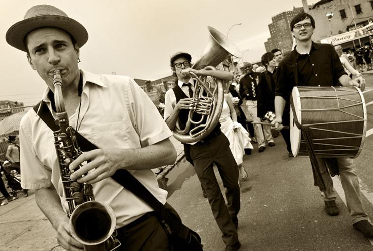 Greg Squared - de New York« soulful expression and hard-driving chops  » sur saxophone, clarinette, et flûtepour les danses de Macédoinecliquez l'image pour regarder Greg en action avec le Raya Brass Band