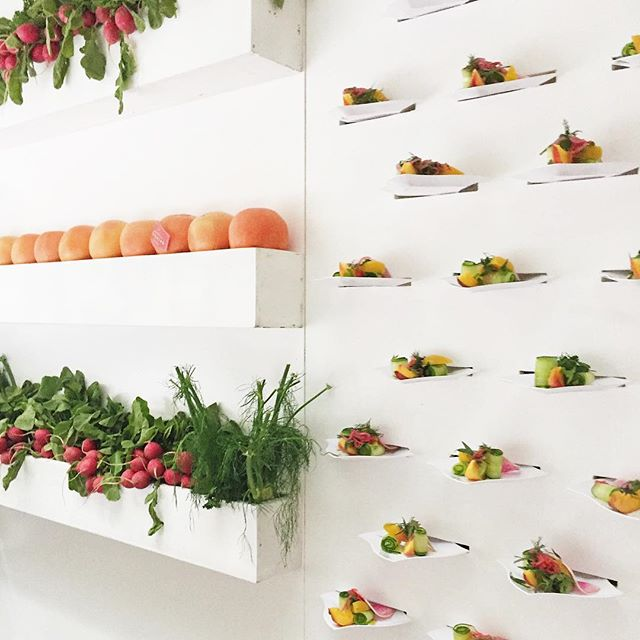 Having an event production background is so helpful when I begin to think about colors and design for a particular space. I love to draw inspiration from my environments and this edible salad wall by @contemporarycatering is such an amazing way of thinking out of the box, literally! • Gearing up for some paint selection fun later this month 🎨