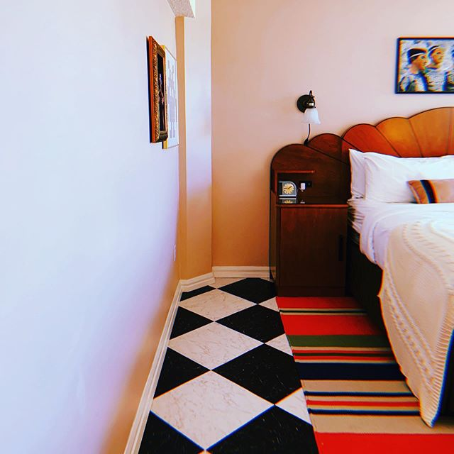 Aaaand let the travel throwbacks begin! ➡️ @gradseattle wins for best retro hotel room