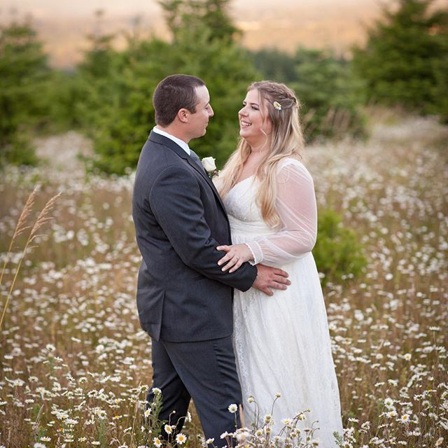 Can't stop gushing over this beautiful field of wildflowers with this gorgeous couple 💕