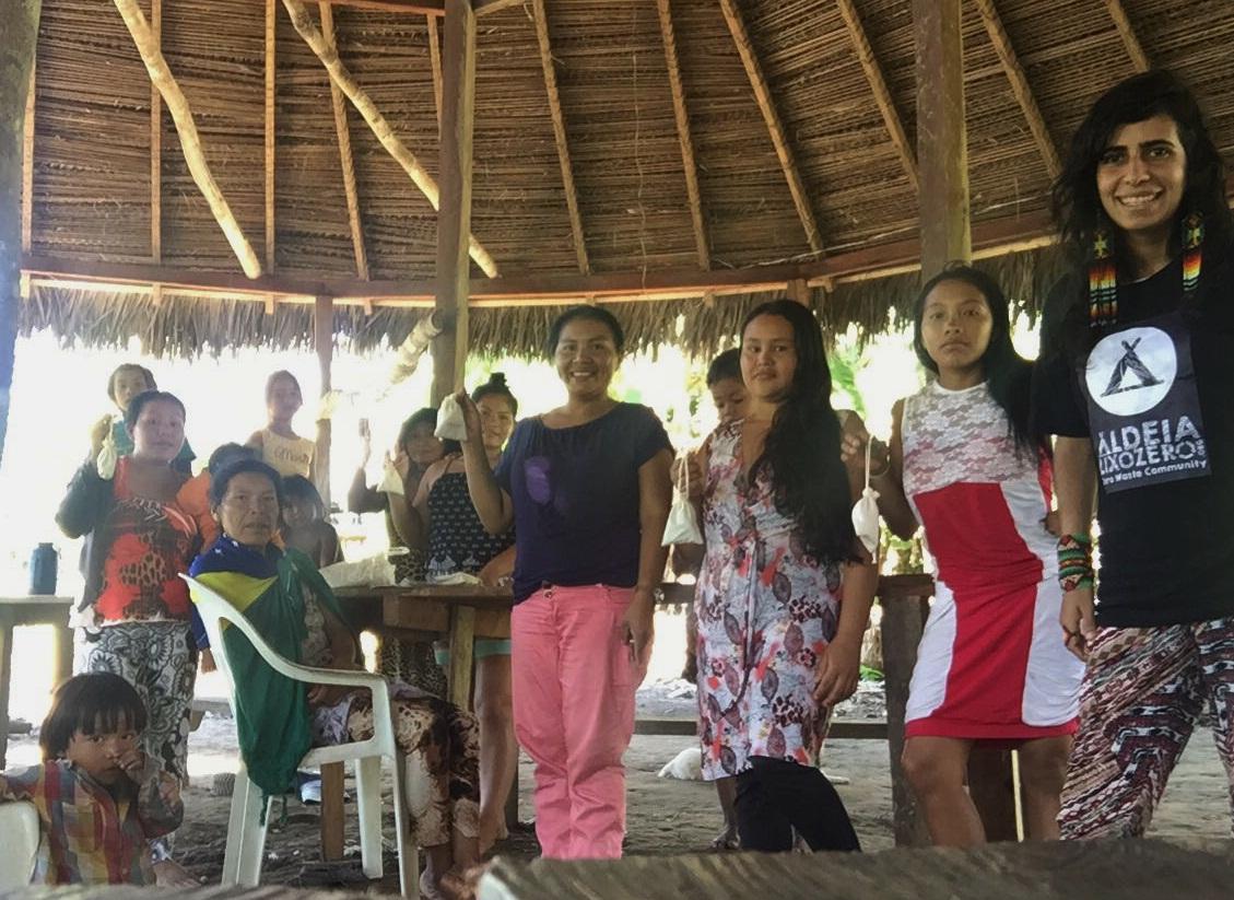 Isabelle Santos junto com as mulheres Yawanawa na entrega dos coletores menstruais da Fleurity