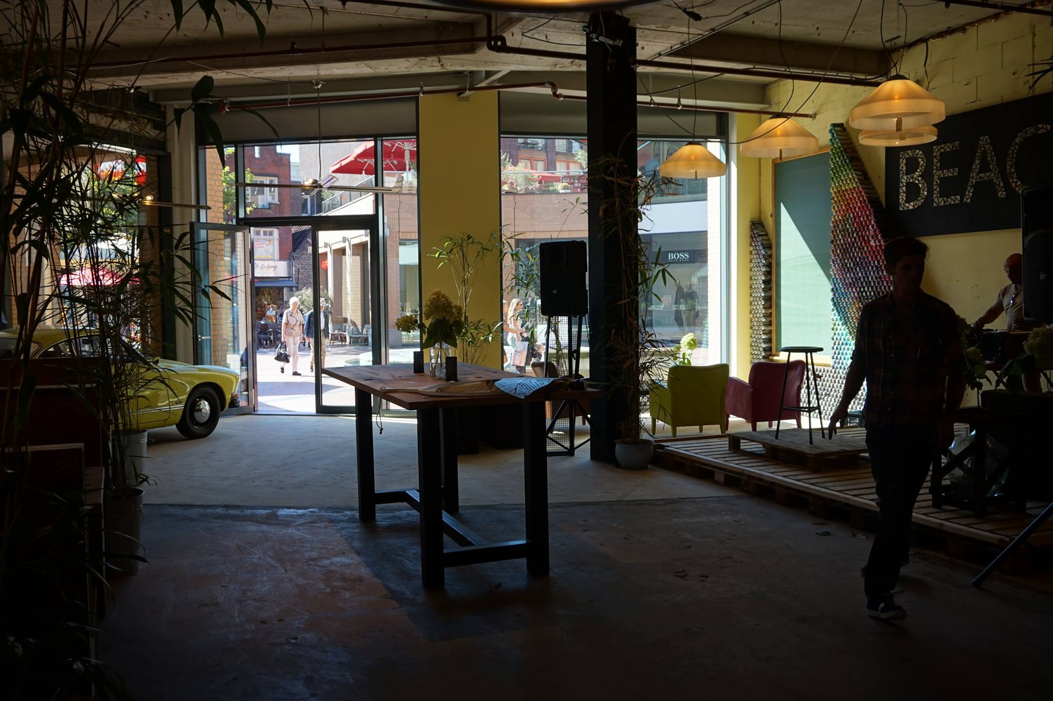 - Sandy floor, Street Art design and a relaxed atmosphere invite the shoppers to chill out.