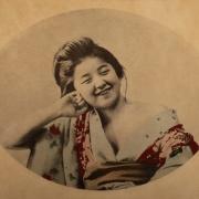 large_11_GEISHA-Rijksmuseum Volkenkunde_10 okt. 2014 tm 6 apr. 2015_De lachende Geisha_0.jpg