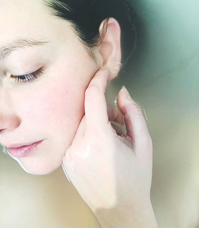 5 moisture-boosting winter skin care tips:  1. Moisturise (and use a heavier formula) 2. Exfoliate twice a week 3. Choose oil based products 4. Go lukewarm over hot water 5. Remember the spf . . . #skincaretips #winterskin #moistskin #embrowbeauty