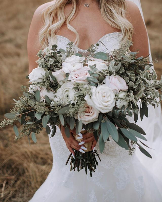 It's been awhile since I've posted a bouquet. Wedding season is here and it has me busier than usual! Are you a fan of neutral bouquets, or bright bouquets?