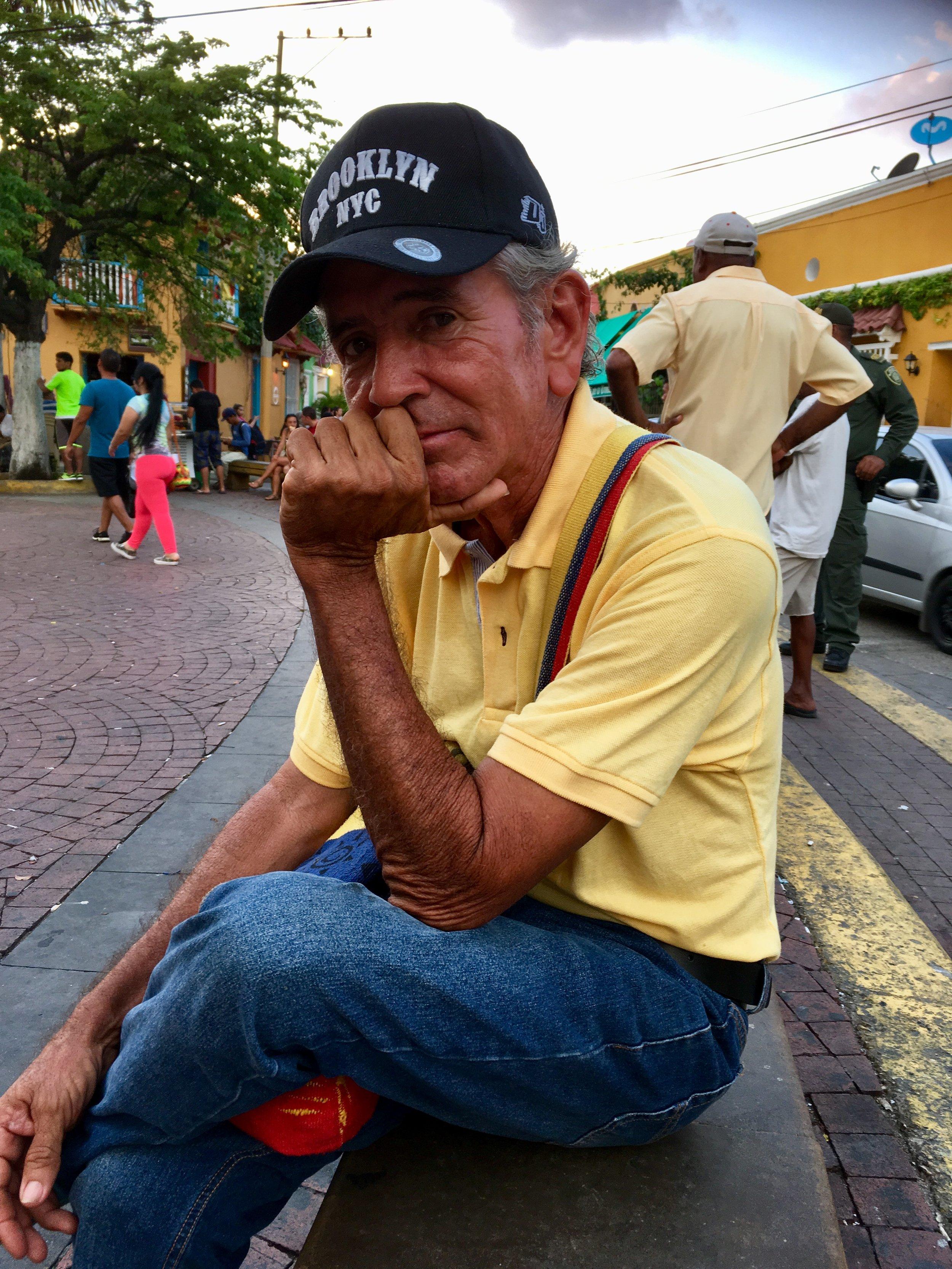 """""""In Colombia hadden we die problemen vroeger ook, daarom vertrok ik naar Venezuela."""" - Alvarez liet voor de tweede keer alles achter om in z'n eentje opnieuw te beginnen. Hij was zelfstandige in de toeristenbranche. Nu verkoopt hij koelkastmagneetjes en wacht op een vergunning. Hij hoopt hier als gids te kunnen werken."""