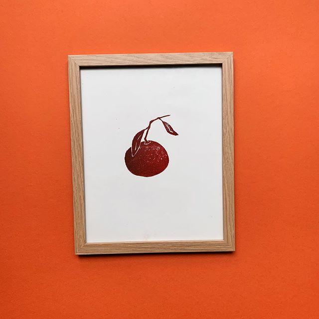 I can't wear red so I put my Clem in it . . . . . #lino #linocut #linoleum #print #printmaking #printmaker #clementine #orangered #citrus #design