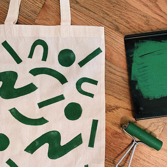 Mossy 🌿 . . . . . #printmaker #printmaking #print #linoleum #linoleumprint #linocut #totebag #abstractprint #abstractprintmaking #abstract #geometric #squiggles