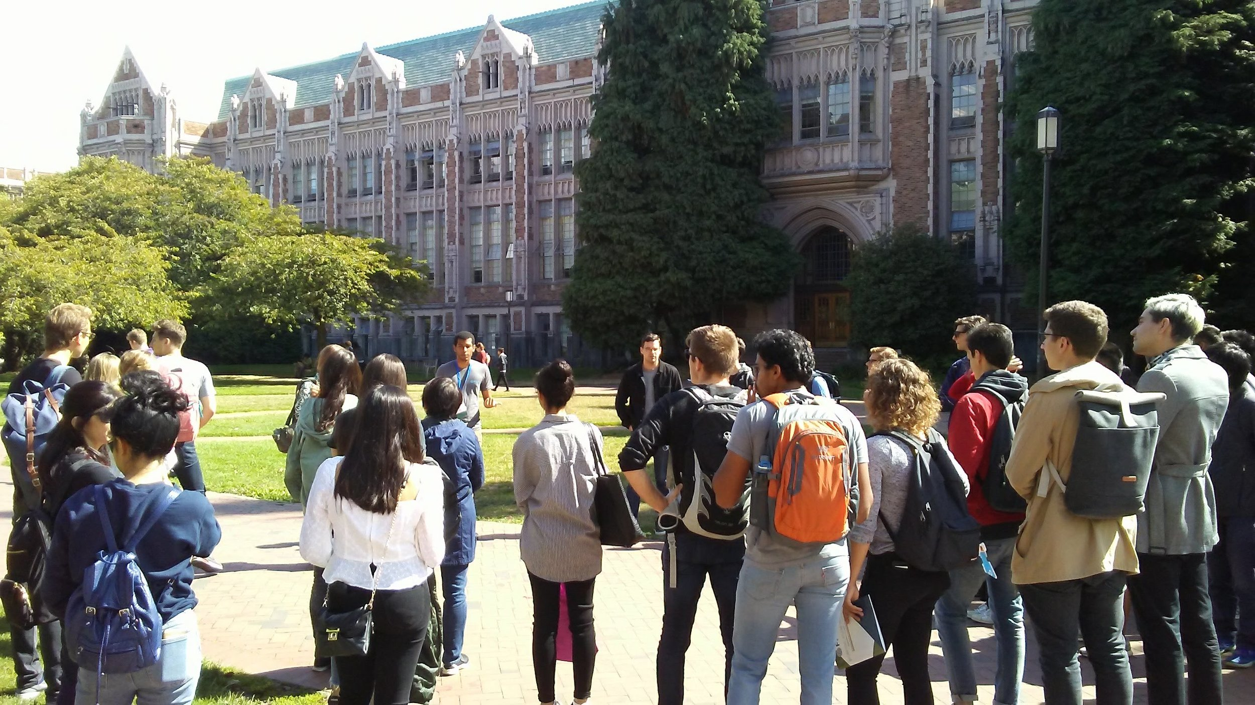 Keivon leads a campus tour to show new students around campus during Fall 2018 International Welcome Weeks