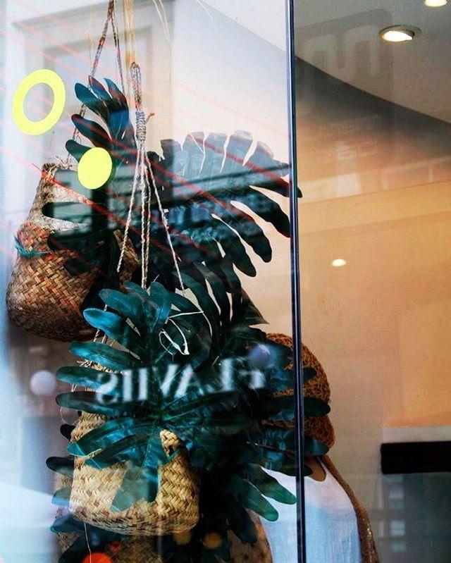 """Instalação """" Lojas na Rua""""  A rua de Cedofeita está cheia de Pinta... e luzes elásticas!  Até dia 31 de Agosto, Rua de Cedofeita, Porto.  #ruadecedofeita #porto #instalacaoartistica #madalenamartins #reginapinheirostudio #vitrinismo #visualmerchandising #porto #portugal #arte #design #portugalartist #luz #cores #colors #neon #dot #dots #circles"""