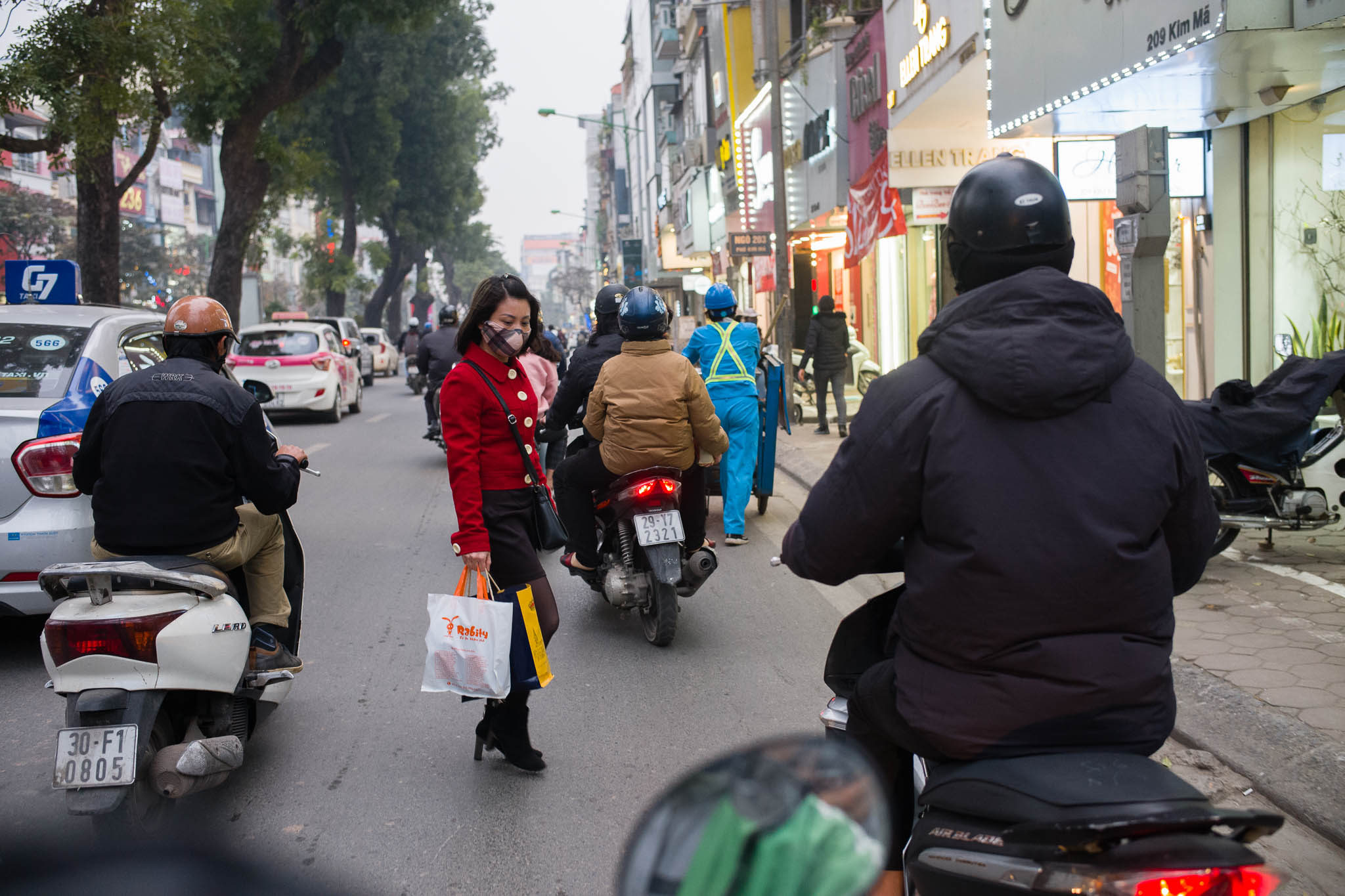 Lady crossing the road in style – in Hanoi, the way to cross the road is just to do it, without stepping back. This shot was taken while I was riding pillion on a Grab bike. Leica M10-P, Summilux-M 35mm f/1.4 ASPH.