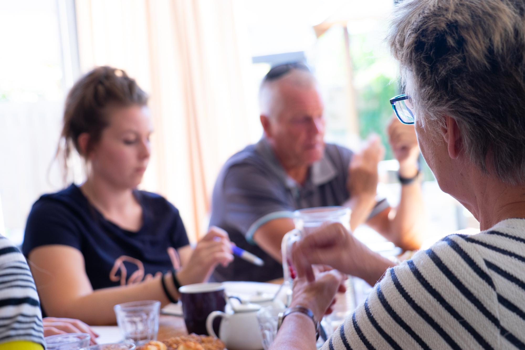 HalmZorg biedt begeleiding aan jongvolwassene met autisme en/of een licht verstandelijke beperking binnen onze 3 kleinschalige wooninitiatieven. In een periode van ongeveer 3 jaar begeleiden wij bewoners naar een zo groot mogelijke zelfstandigheid. Binnen deze beschermde woonvormen zal duidelijk worden wat de kwaliteiten en mogelijkheden van de bewoner zijn. -