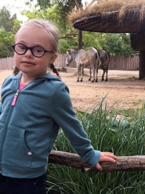 Ella-Louise wil graag naar een verjaardagsfeestje zonder mama   Ella-Louise is 6 en heeft het syndroom van Down. Ze wil graag eens gaan spelen bij vriendjes en vriendinnetjes zónder haar mama erbij.   Ik ga mee met Ella-Louise!