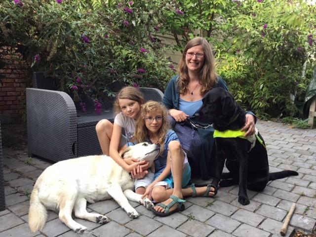 Annelies wil graag haar kindjes naar school brengen   Annelies is een mama van 37 en woont in Sint Niklaas. Ze is blind, dus haar twee kindjes naar school brengen is niet evident.   Ik help Annelies haar kindjes naar school te brengen!