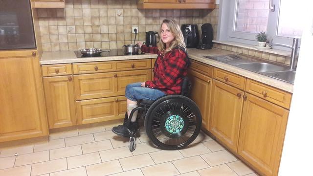 Lien wil graag koken   Lien is een jonge vrouw van 27 uit Ardooie. Door een spierziekte zit ze in een rolstoel en is werken in de keuken moeilijk.   Ik help Lien met koken!