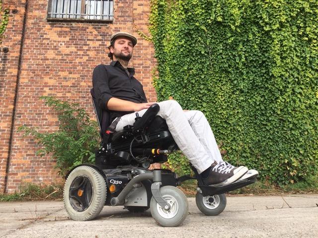 Cor wil graag fietsen   Cor is 33 en woont in Gent. Cor gaat graag met de fiets naar het werk, de winkel of naar vrienden maar heeft daarbij praktische hulp nodig door zijn spierziekte.   Ik help Cor in de rolstoelfiets!