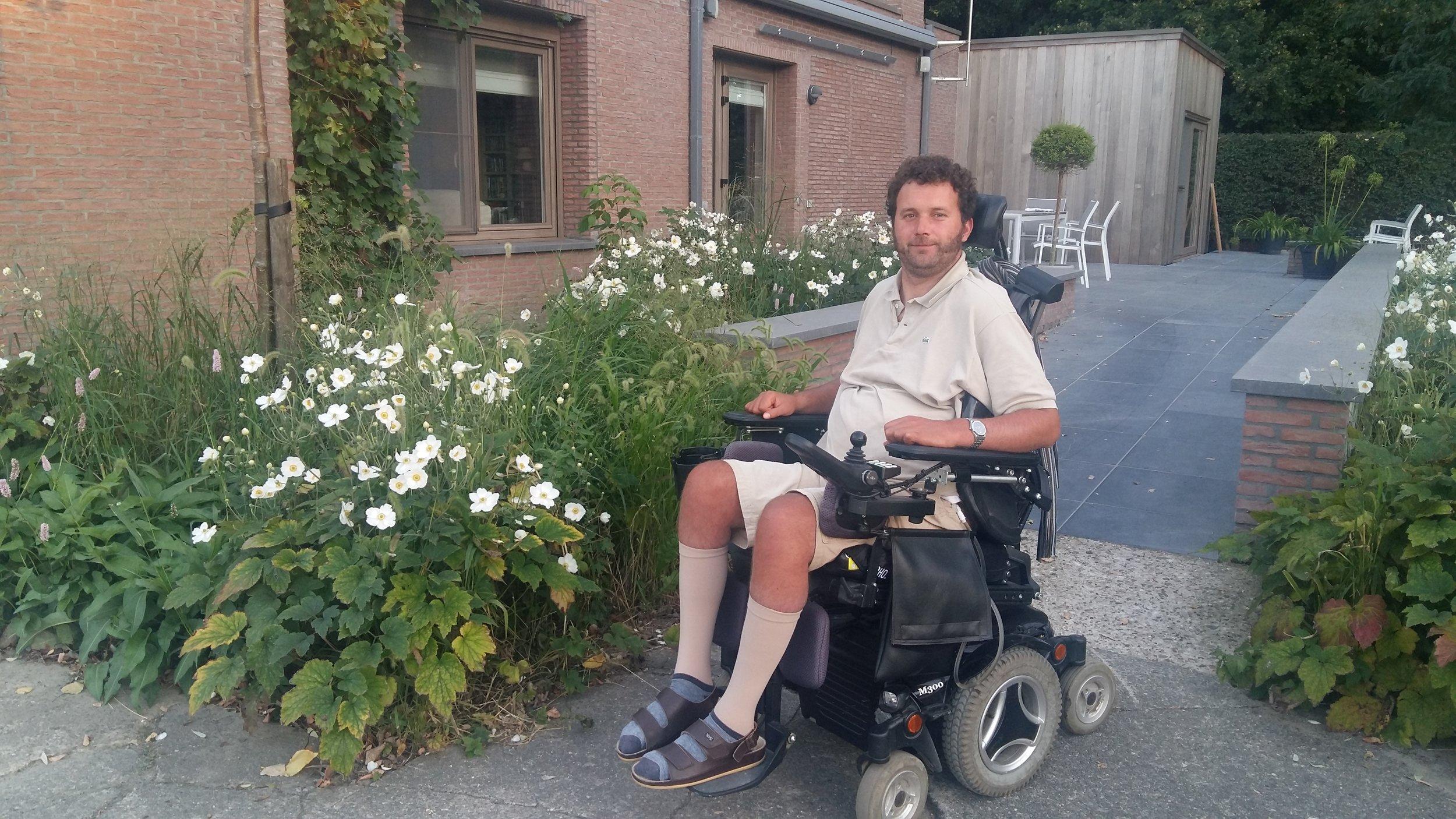 David wil graag op café met vrienden   David is 38 en woont in Hamme. Hij zit in een elektrische rolstoel toen ongeluk hem trof tijdens de storm op Pukkelpop. Daardoor kan hij moeilijk op in zijn eentje naar zijn stamcafé.   Ik ga met David op café!