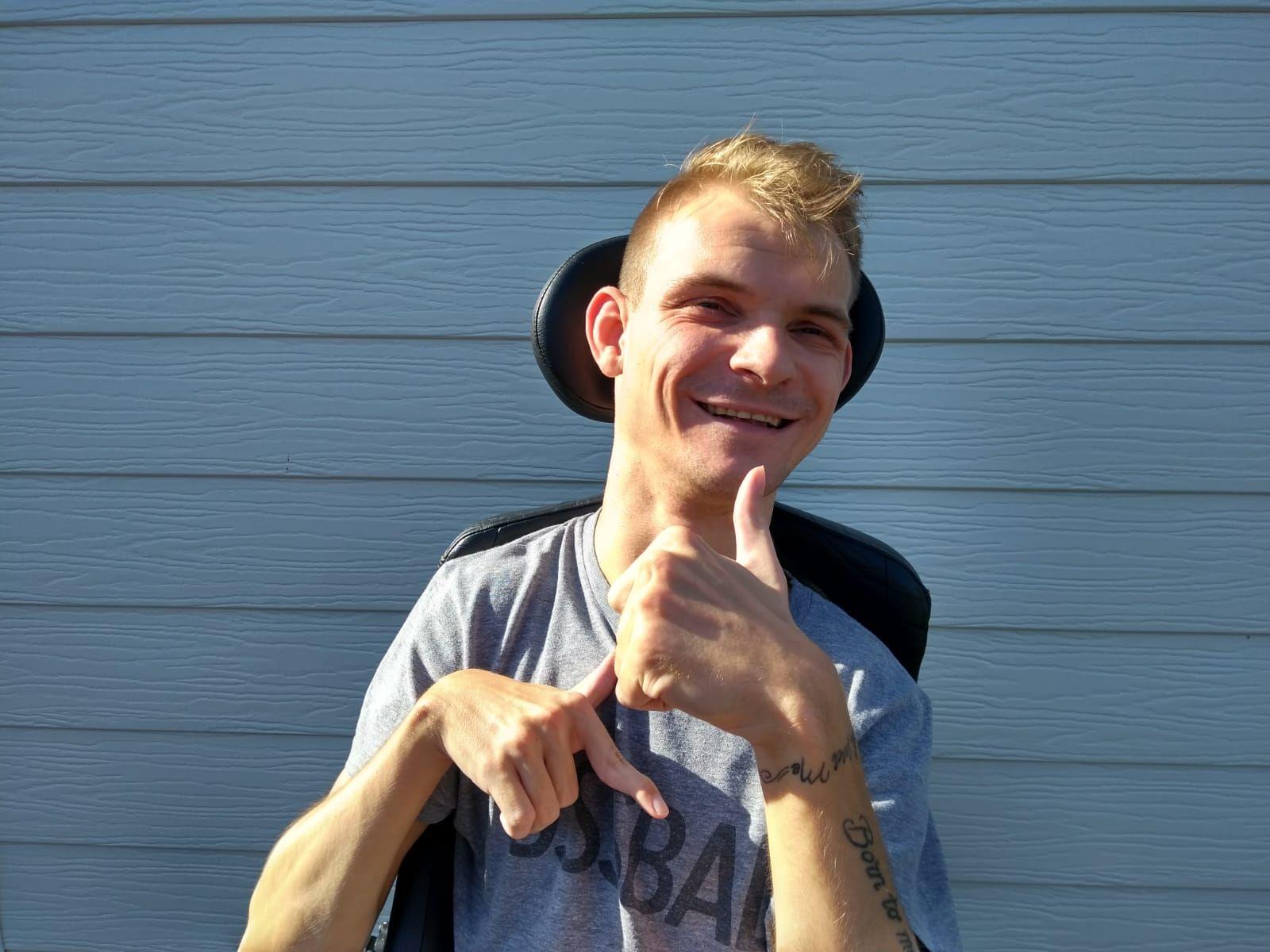 Glenn wil graag boodschappen doen   Glenn is een actieve gast van 26 uit Genk. Hij zit in een elektrische rolstoel en spreekt moeilijk. Maar hij wil graag naar de winkel en zélf kiezen welke lekkere dingen hij koopt.   Ik help Glenn boodschappen doen!