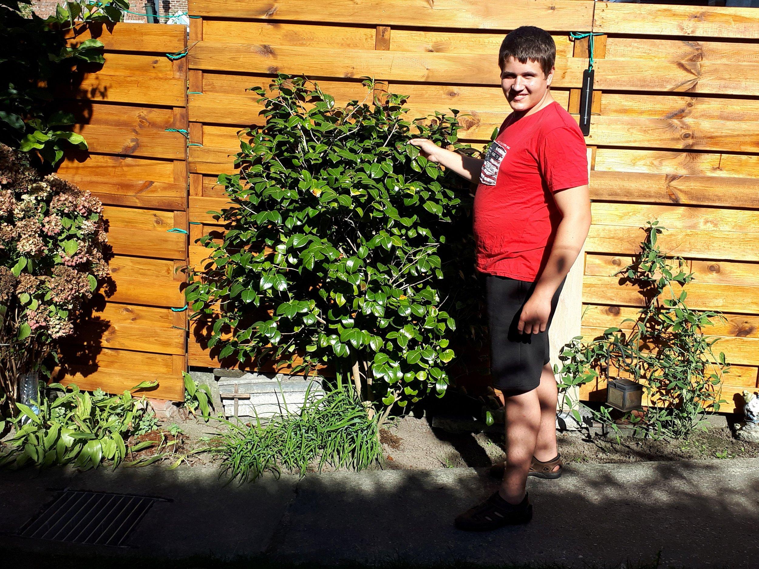 Jonas wil graag tuinieren   Jonas is een jonge gast van 16 uit Gent. Hij heeft autisme en daardoor begeleiding en verduidelijking nodig bij heel wat taken.   Ik help Jonas met tuinieren!