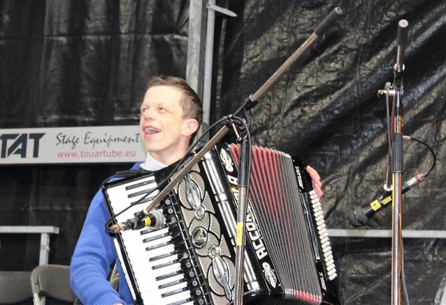 Bart wil graag repeteren   Bart uit Aartselaar is 31 en heeft het Williams-beuren syndroom. Hij speelt graag accordeon maar geraakt alleen niet op de repetitie van zijn band.   Ik ga met Bart naar de repetitie!