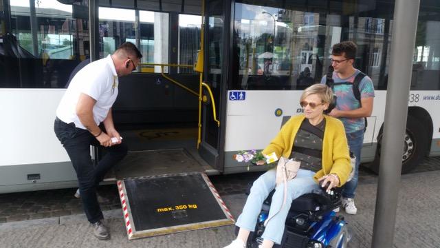 Naomi wil graag op stap in Antwerpen   Naomi is 41 en zit in een elektrische rolstoel. Ze houdt ervan door Antwerpen te reizen maar alleen lukt dat niet.   Ik help Naomi door Antwerpen!