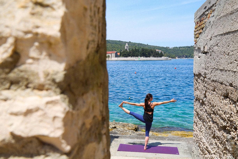 summersalt-yoga-balance-vis-croatia2.jpg