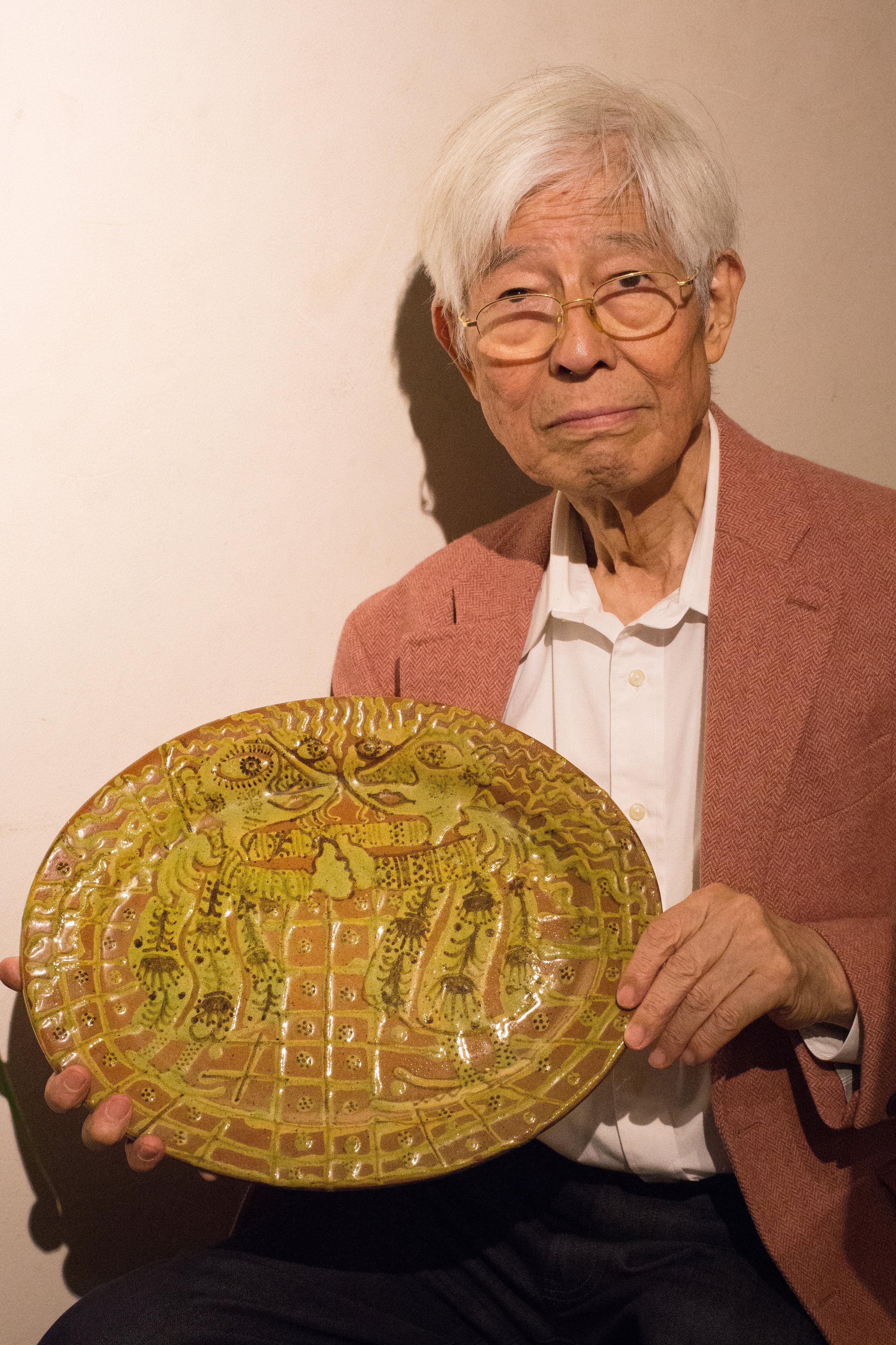 Yoshitsugu Narikawa med et tidligt fad af Wiinblad med to trolde. Det er dekoreret med kohornsteknik og er unika.