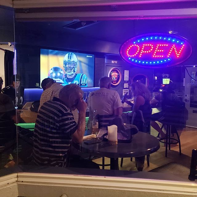 Tailgating Thursday Night Football at Beach Bums..thank you @cayucossausageco for the delicious  appetizers all game long...#cayucos #gametimefun #beers #thursdays2019 #beachbumstailgate