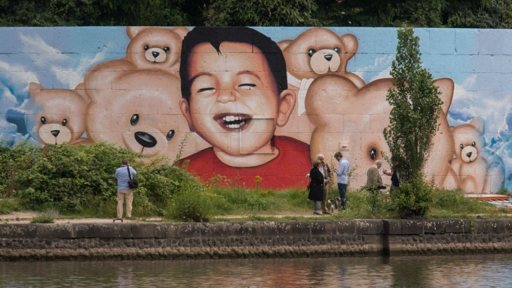 (Photo by Boris Roessler) Artists Justus Becker and Oguz Sen depict Alan Kurdi in Frankfurt, Germany, on July 4, 2016.