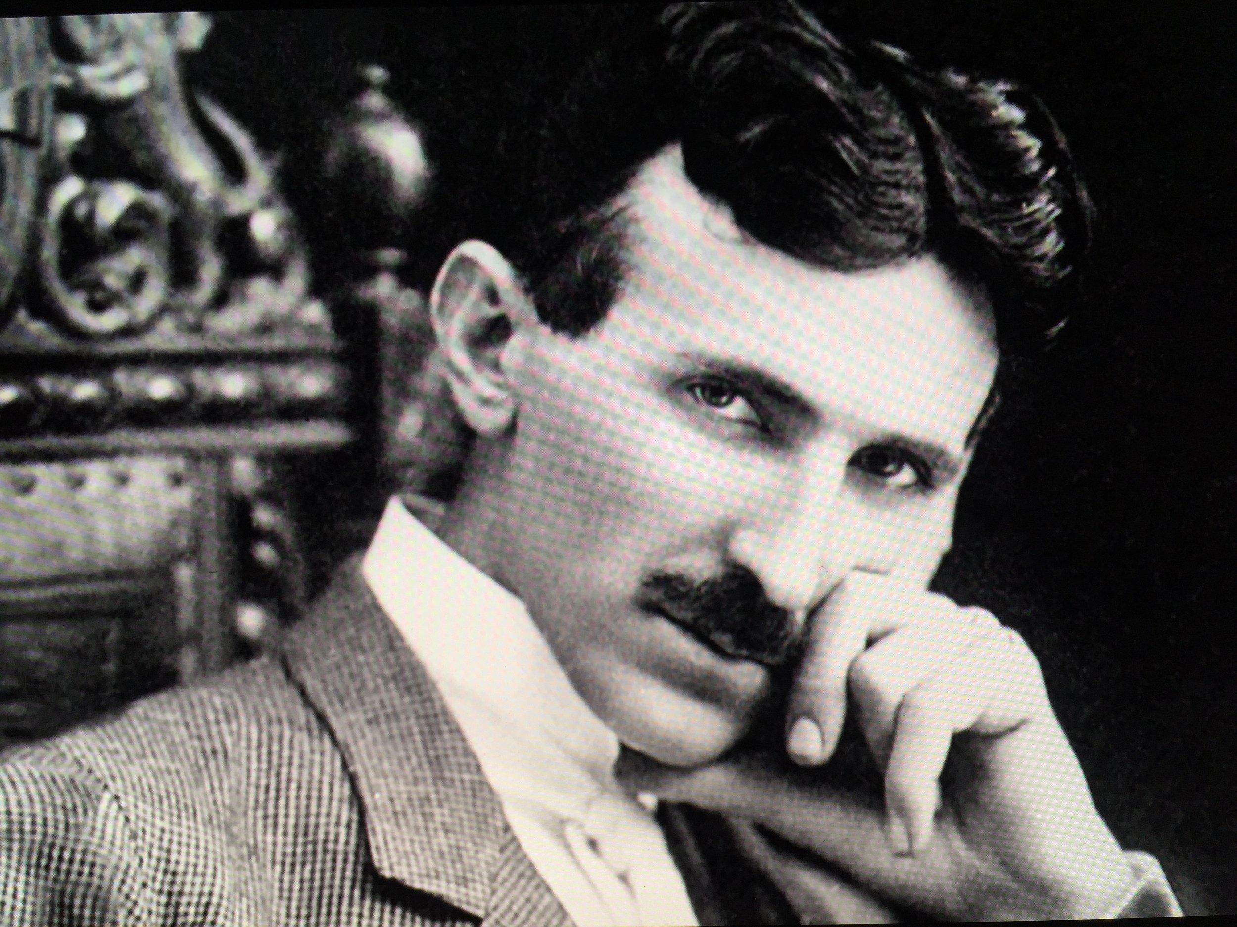 """Vous connaissez peut-être  Thomas Edison  (1847-1931), le célèbre inventeur de l'ampoule électrique qui a révolutionné le monde de l'électricité en 1879. C'est en partie grâce à lui que nous y avons aujourd'hui accès dans nos foyers, mais à quel prix...?  Peut-être avez-vous également déjà entendu parlé de  Nikola   Tesla  (1856-1943), élève, assistant (depuis 1884) et fervant admirateur de Thomas Edison. Il était également un grand ami de Samuel Langhorne Clemens plus connu sous le nom de  Mark Twain  (1835-1910).  J'ai découvert Nikola Tesla il y a deux ans (en 2016), un homme incroyable et grand inventeur qui est aujourd'hui encore malheureusement inconnu du grand public.  Certains d'entre nous connaissent peut-être déjà le constructeur automobile """" Tesla Motors """". Bien qu'il fasse l'usage de son nom et d'un concept plus ou moins novateur (conception d'automobiles électriques), il n'y a selon moi pas de réel rapport direct avec Nikola Tesla lui même puisqu'il ne s'agit pas de sa propre initiative et que l'énergie utilisée, bien qu'elle soit renouvelable et durable, n'est ni illimitée, ni gratuite (dépendant du système mis en place dans le monde).  Si j'écris ce post au sujet de Nikola Tesla, ce n'est pas pour vous parler du constructeur automobile mais parce que j'ai découvert récemment à mon plus grand étonnement qu'il y avait un documentaire qui lui était consacré sur  Netflix :   American Experience """"Tesla"""" ,  réalisé en 2016 par David Grubin, documentaire distribué sur le réseau PBS et qui est aujourd'hui visible sur le site (2018).  Nikola Tesla, dont le nom ne figure dans aucun de nos manuels scolaires, était un très grand inventeur d'origine Serbe (né en Croatie; à l'époque il s'agissait de l'Empire Autrichien), ensuite devenu citoyen américain, a passé toute sa vie à faire des recherches, à expérimenter et à prouver que sa grand découverte aurait pu changer le Monde.  Il avait mis au point  une gigantesque tour de transmission sans fil  connue sous le nom"""