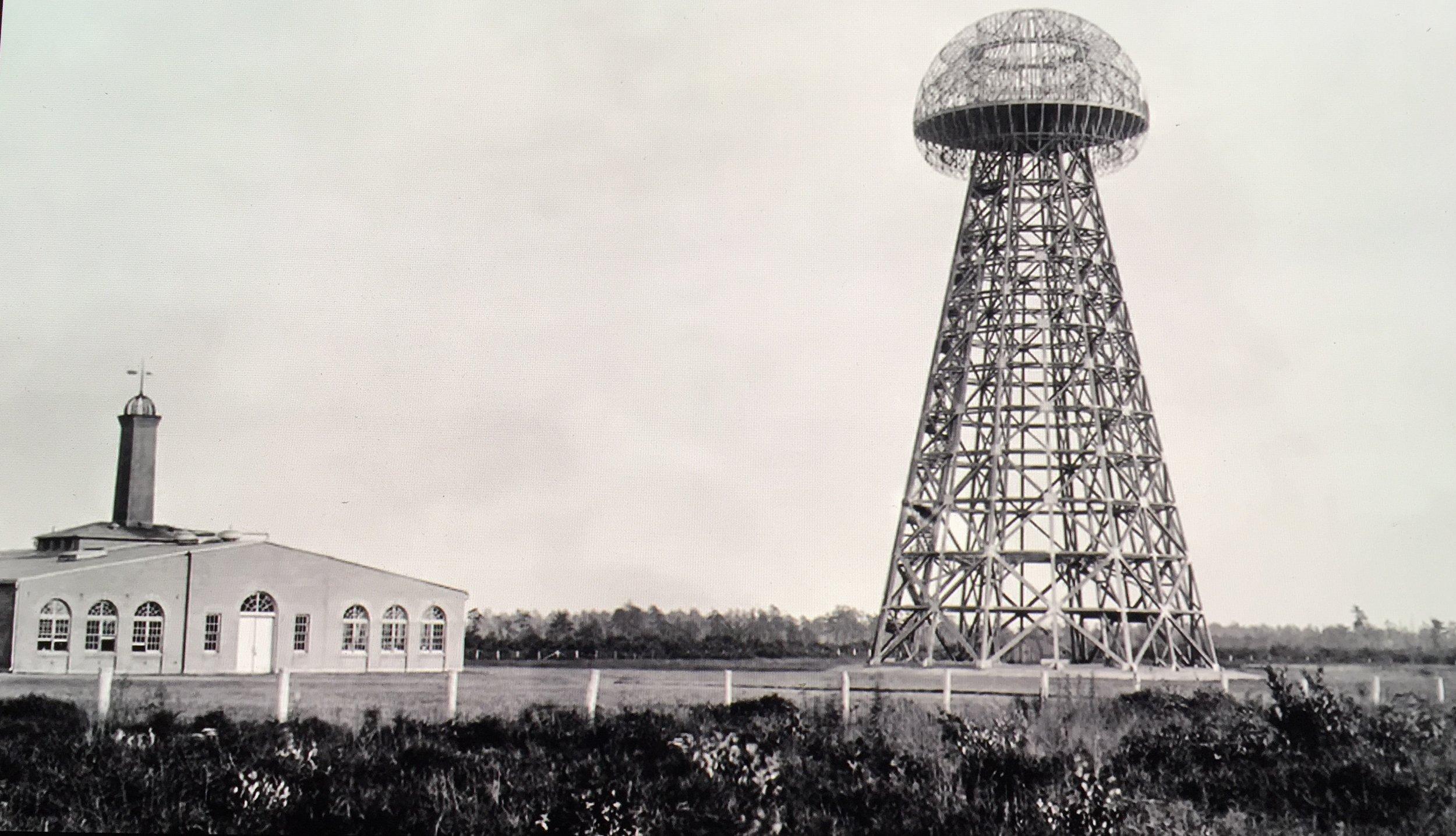 """Laboratoire de Nikola Tesla et Tour de Wardenclyffe (de 1901 à 1917)     C'était un grand Idéaliste et il était souvent qualifié de Naïf  car il n'avait en tête que le projet de réaliser ce qui aurait pu changer la face du Monde. Mais être Naïf ne signifie-t-il pas par définition être quelqu'un de """"Naturel, de Franc et de Sincère"""", quelqu'un de """"Pur et d'Innocent"""" n'entreprenant les choses non pas dans son seul et propre intérêt mais dans l'intérêt de tous?  Alors, pourquoi ne pas lui avoir donné la chance de réaliser jusqu'au bout ce dont il avait rêvé et découvert à travers ses Visions? Si seulement il avait pu démontrer au monde que ce qu'il avait construit aurait pu véritablement fonctionner. Eh bien non, nous avons tout simplement décidé de mettre fin à son projet (déjà bien avancé) car celui-ci n'aurait de toute évidence (soit disant) pas fonctionné (à l'échelle planétaire) et encore moins bénéficié à l'économie (il s'agit de la version officielle).  En réalité, il n'y a aucun doute que sa découverte aurait pu faire basculer le Système déjà mis en place dans notre monde. En d'autres terme, Nikola Tesla représentait une véritable menace qui aurait pu fortement chambouler le cour de l'Histoire déjà minutieusement préétabli depuis des décennies.  Comment est-il possible de croire que son rêve se soit aujourd'hui réalisé? Toutes ces soient-disantes """"nouvelles technologies"""" auxquelles nous avons accès aujourd'hui (Radio, Wifi, etc.) sont en y réfléchissant bien, des technologies qui existaient déjà depuis bien longtemps; Nous y avons peut-être aujourd'hui accès en """"illimité"""" mais elle n'en sont pas pour autant gratuites. Comment fermer les yeux sur cela en sachant que plus de la moitié de l'humanité n'a encore ni accès à l'eau courante, ni à l'électricité dans leur foyer parce que """"C'est l'Economie Mondiale qui veut ça…"""" ?  Je suis intimement convaincue que grâce à  sa découverte  qui aurait été plus que  Libératrice , le Monde que nous connaissons aujourd'hui aura"""