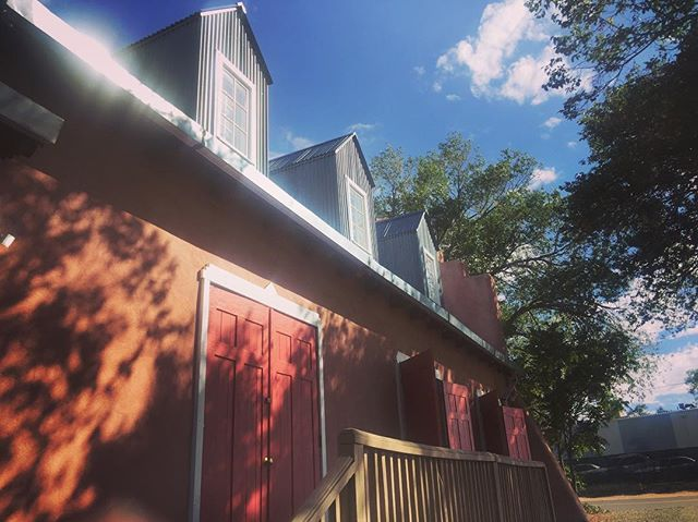 Office day today. It's nice to stay still once in a while. Autumn is coming. . . . #simplysantafe #autumn🍁 #howtosantafe #pinkchurch #officeday #photooftheday #happytuesday #stayingstill #nmpure #santafe #newmexico #womenowned #womenownedbusinesses #bluesky #alwayssunny