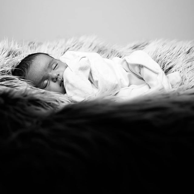 Sleeeppppyyyy  #jigsawphotographyuk #suttoncoldfield#portraitphotography #canoneos5D #kids #blackandwhite #baby #cute #kidsofinstagram #birminghamphotographer #portrait #newborn