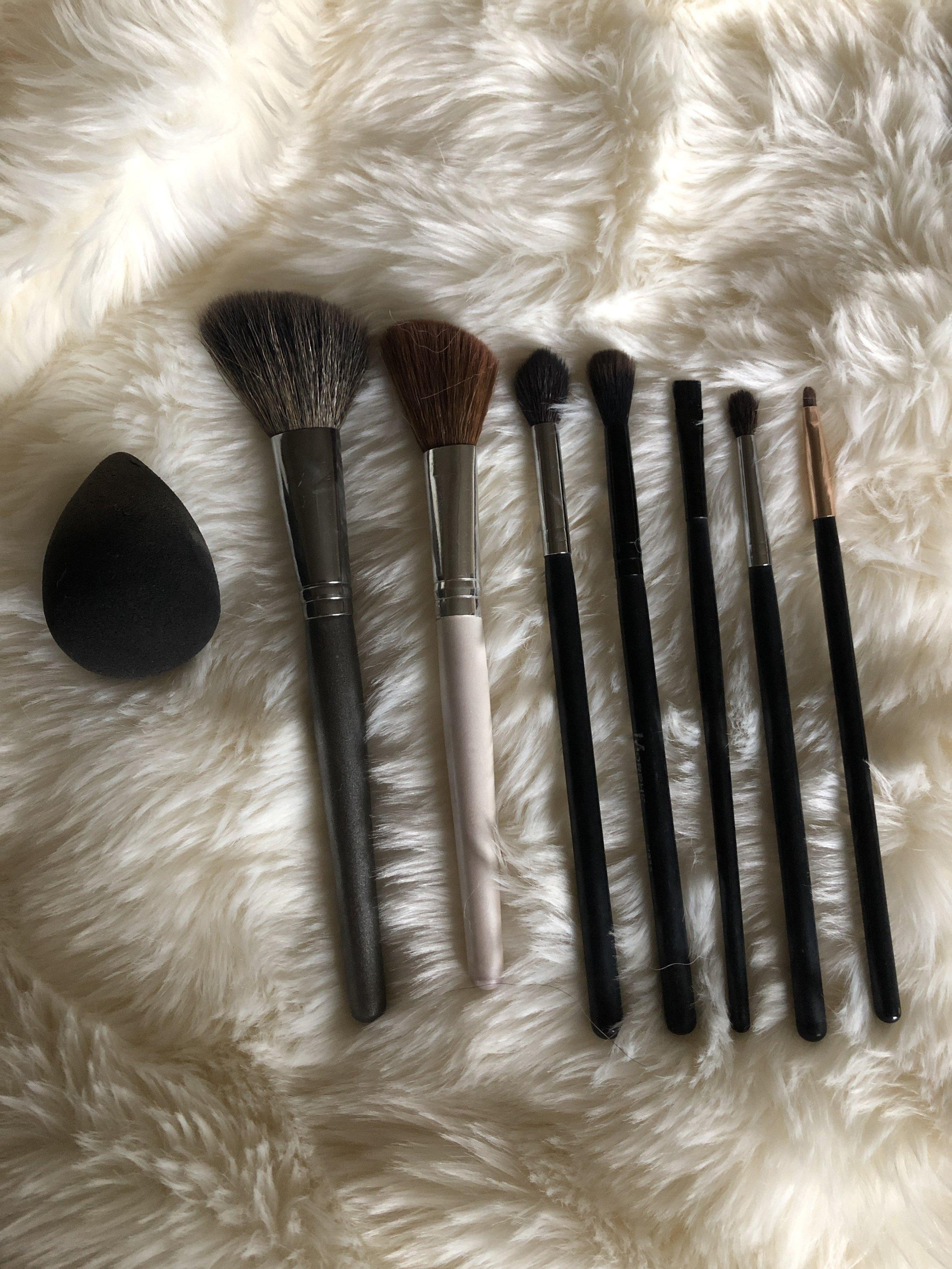 Left to right : beauty blender or sponge, FACE SECRETS angle brush, ELF bronzing brush, morphe m504, morphe mb23, ELF flat eyeliner brush, morphe m506,SKONE smudger brush