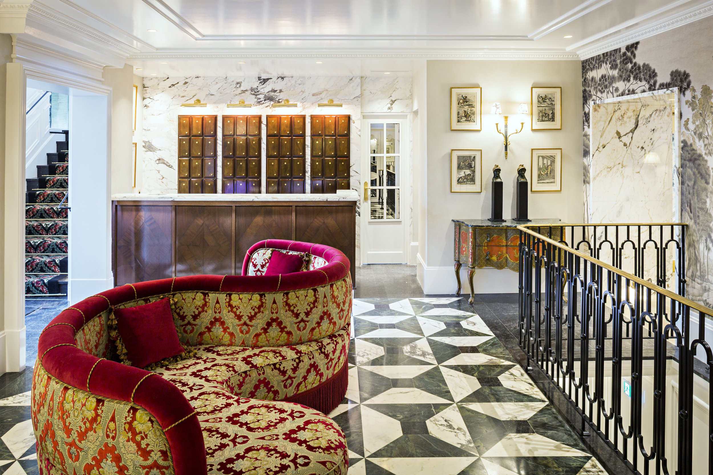 Hall d'entrée réception dallage sur mesure calepinage en marbre braccia capraia pierre bleue et vert bourgonia Omni Marbres hôtel Relais Christine