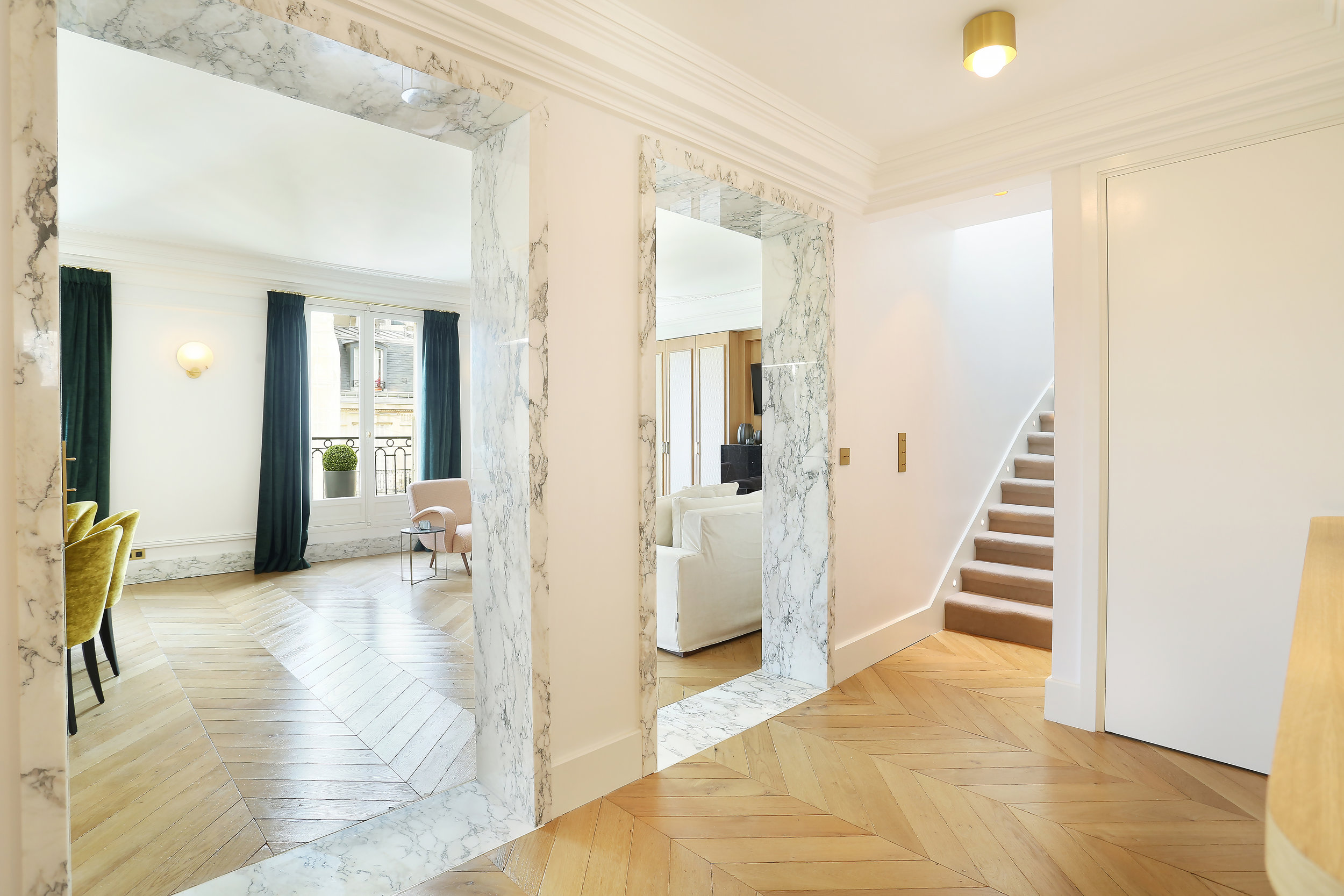 Encadrement-passage-arche-marbre-arabescato-Appartement-Parisien-Omni-Marbres