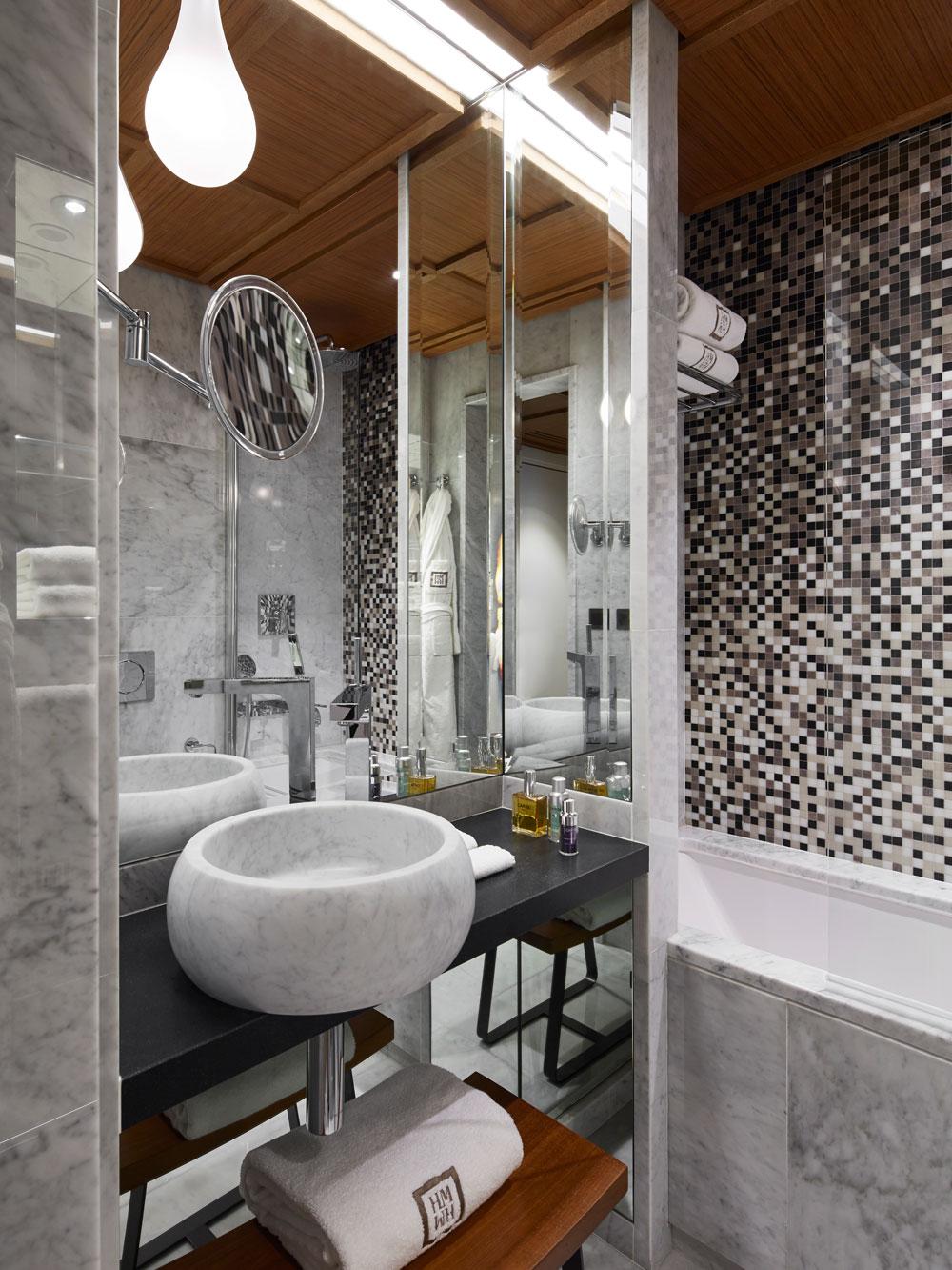 Salle de Bain vasque massive dallage mur marbre blanc de carrare Hôtel Montalembert Omni Marbres