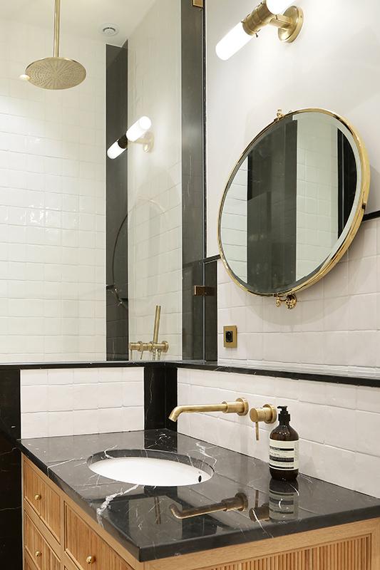 Salle de Bain plan vasque noir  marquina Appartement Parisien Omni Marbres