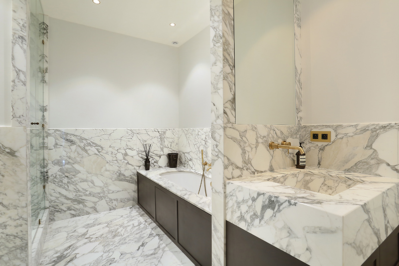 Salle de bain plage de baignoire plan vasque dallage sur mesure marbre arabescato mur Marbre de Carrare Appartement Parisien Omni Marbres