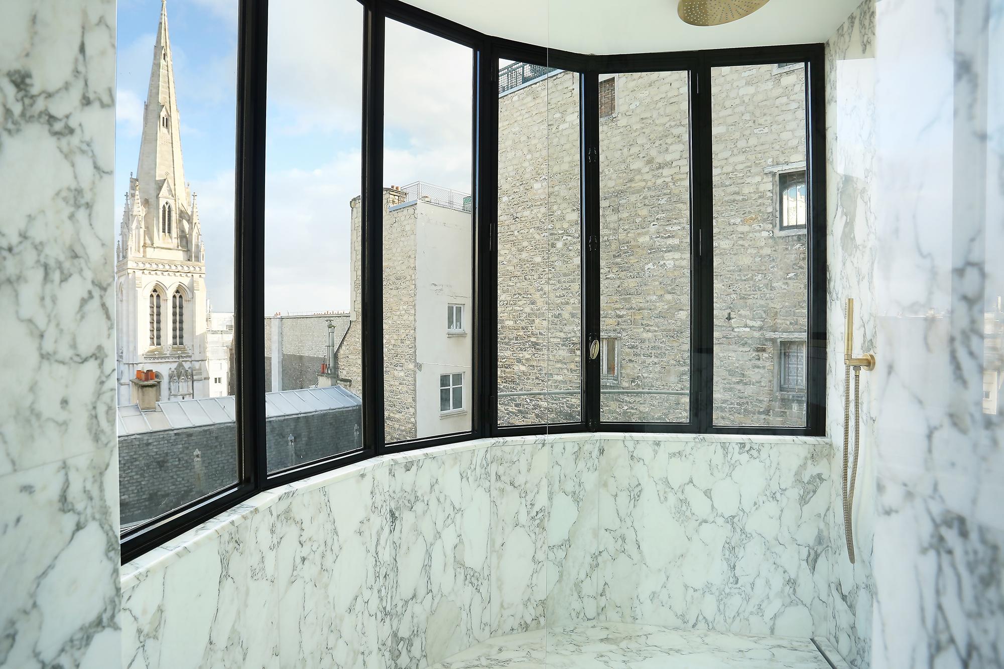 Verrière Salle de Bain sol douche mure Marbre Arabescato Appartement Parisien Omni Marbres