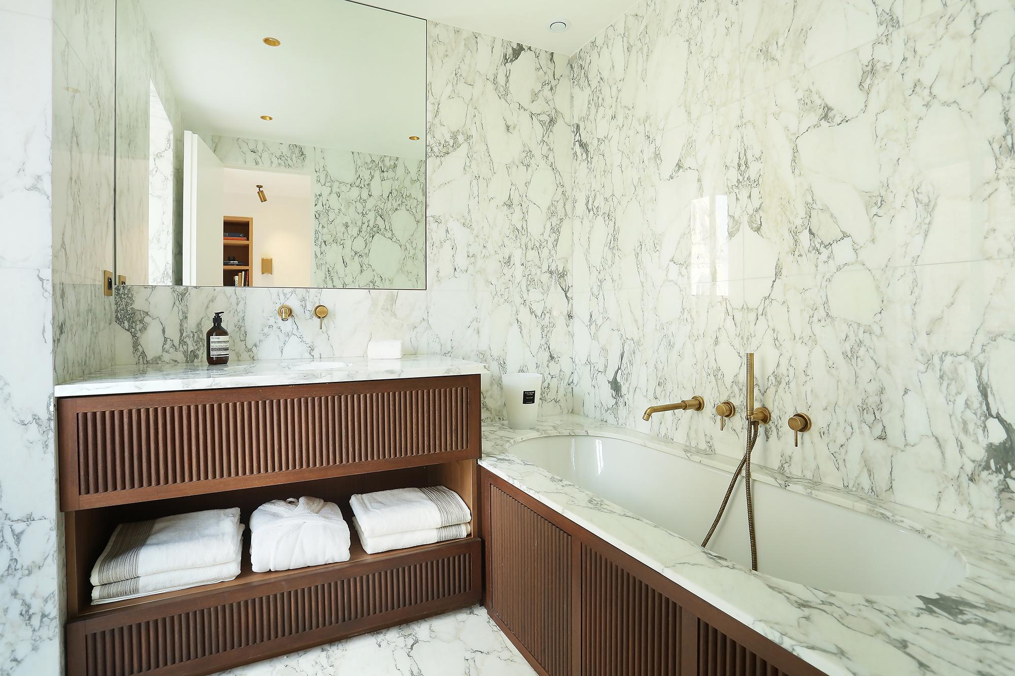 Salle de Bain sol mure plage de Baignoire Plan Vasque marbre arabescato Omni Marbres