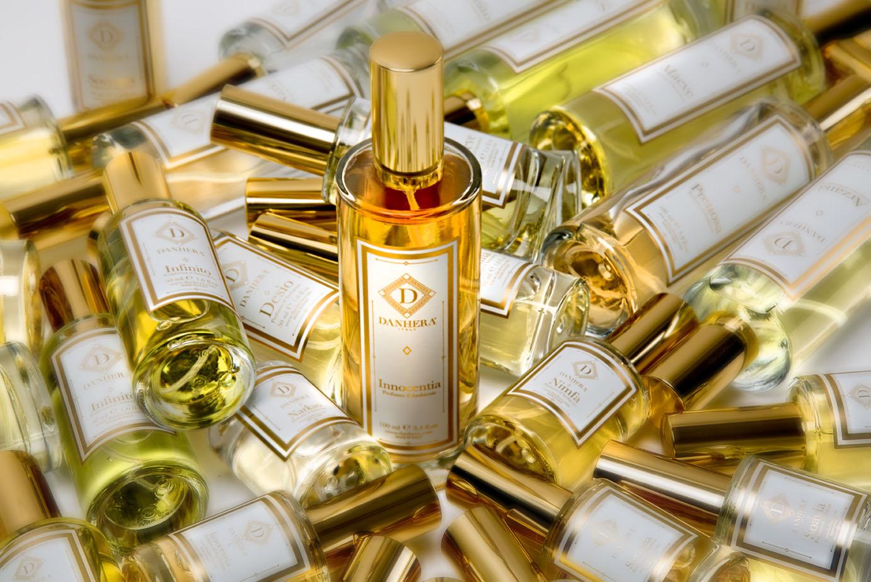 White Collection - Une atmosphère lumineuse et raffinée.L'essence majestueuse, florale et fruitée qui habillent l'ambiance d'une allure unique et éternelle.