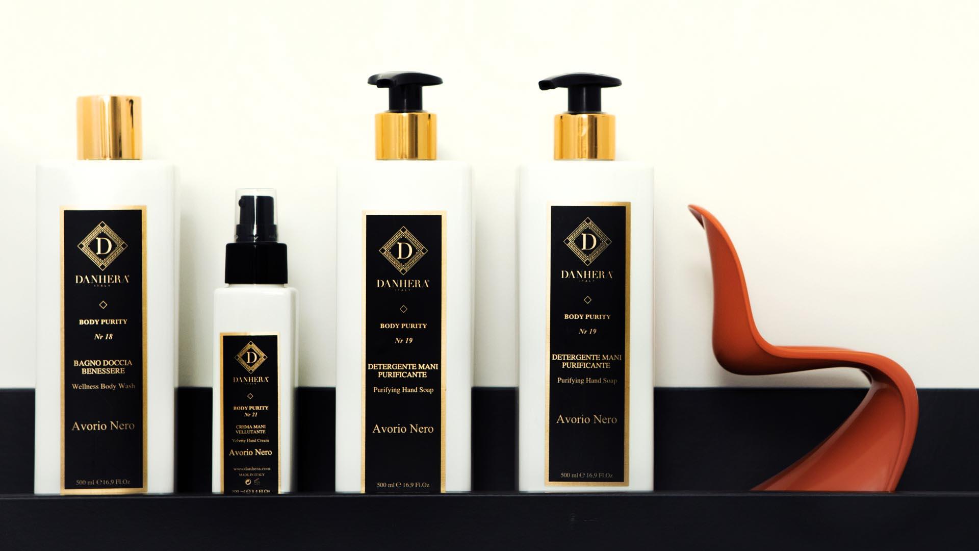 La ligne Avorio Nero : lotion, crème, gel douche et savon pour le corps et les mains.
