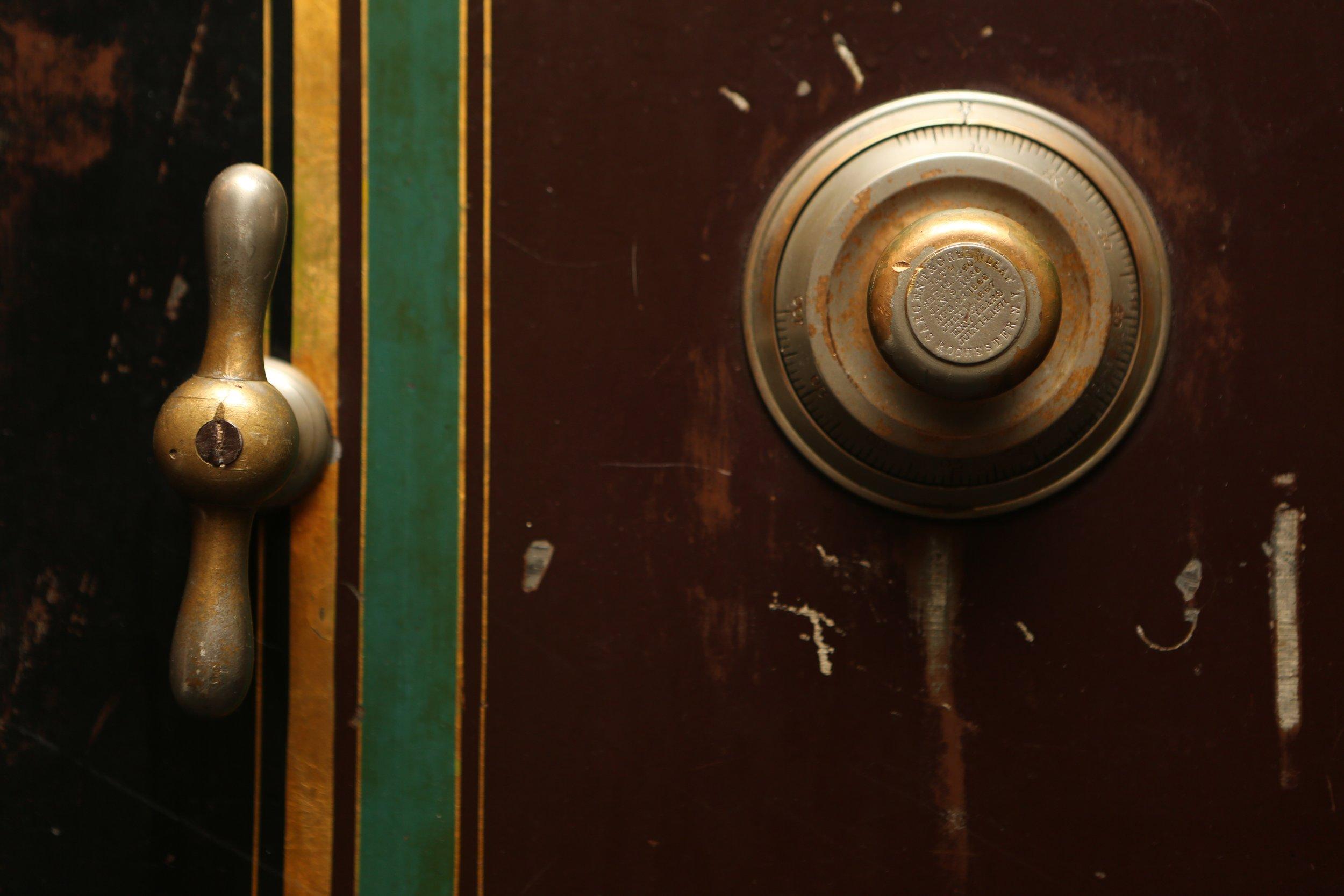 light-vintage-ring-glass-alarm-bell-779897-pxhere.com.jpg
