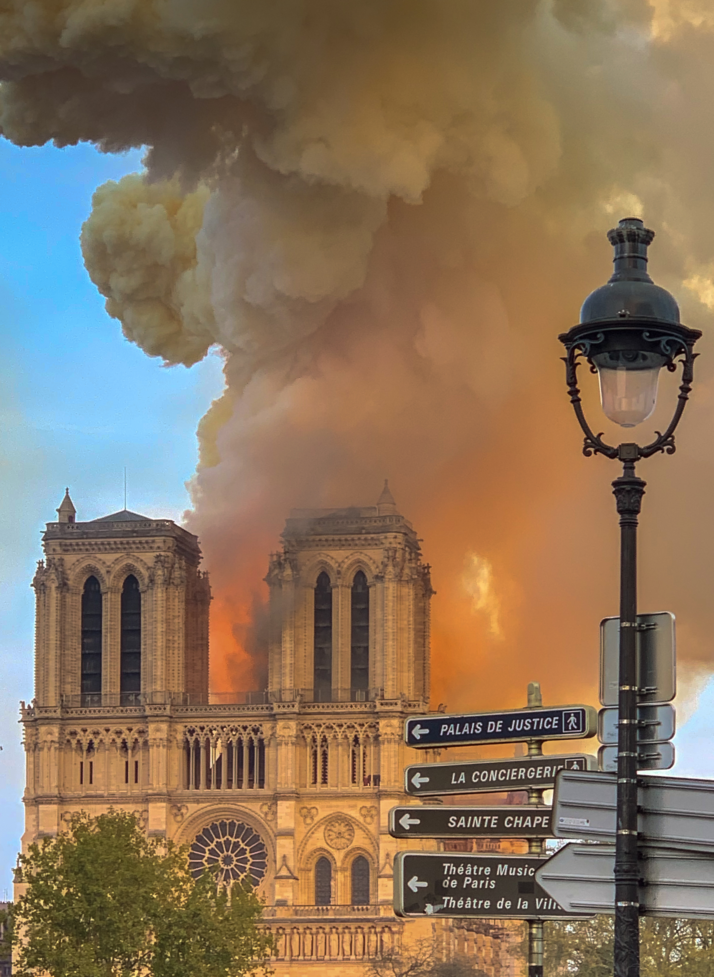 Notre Dame ablaze // Wikipedia