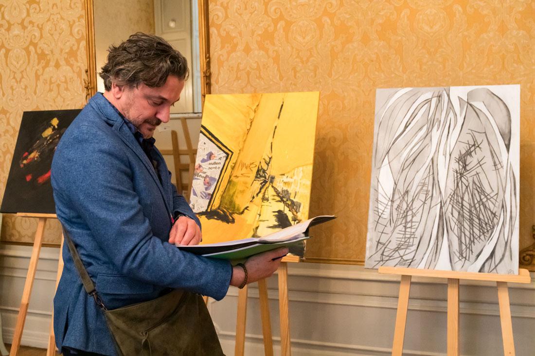 23.Kunstcom Peter Jonkers in beraad (1).jpg