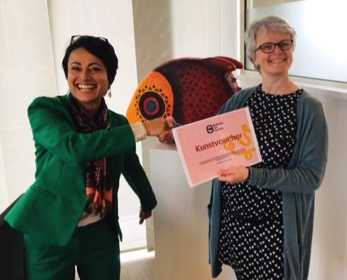 De winnares van de kunstprijsvraag ontvangt drie maanden gratis kunst in huis