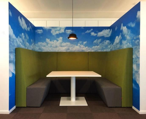 Een bedrijf in Zaventem wenst een vergaderhoekje met referentie naar René Magritte. Aansluitend op de karakteristieke bolhoed hanglamp zorgde Business Art Service voor de dromerige blauwe wolkenhemel. Zo is het een aangename plek geworden waar kleine groepjes medewerkers graag samenkomen voor besprekingen en informele gesprekken.