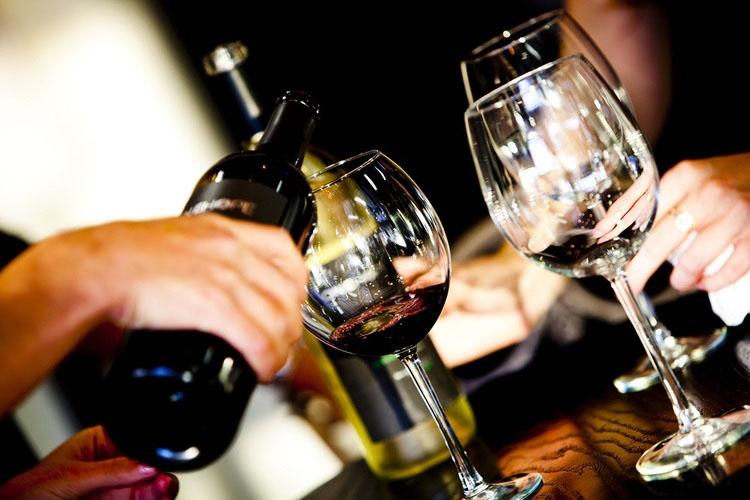 Wine-Confidante-pouring-wine-with-friends.jpg