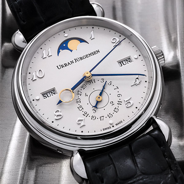 The watch hands of the Reference 1741 have been blued thermally to achieved the desired hue.